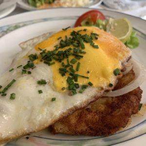 Schnitzel mit Ei und Zwiebeln