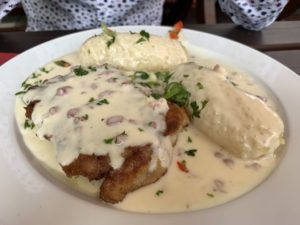 Schnitzel Cordon bleu mit Speckrahmsoße